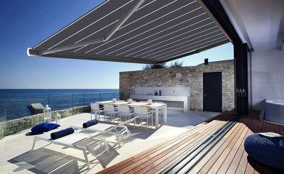 Terrasse contemporaine avec un store banne design