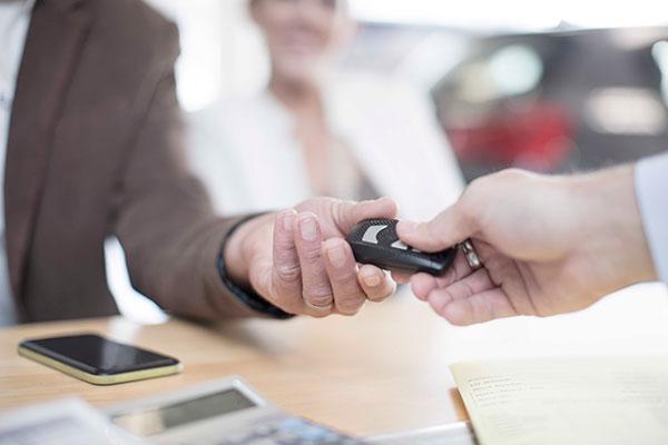 Personne qui achète une voiture auprès d'un concessionnaire