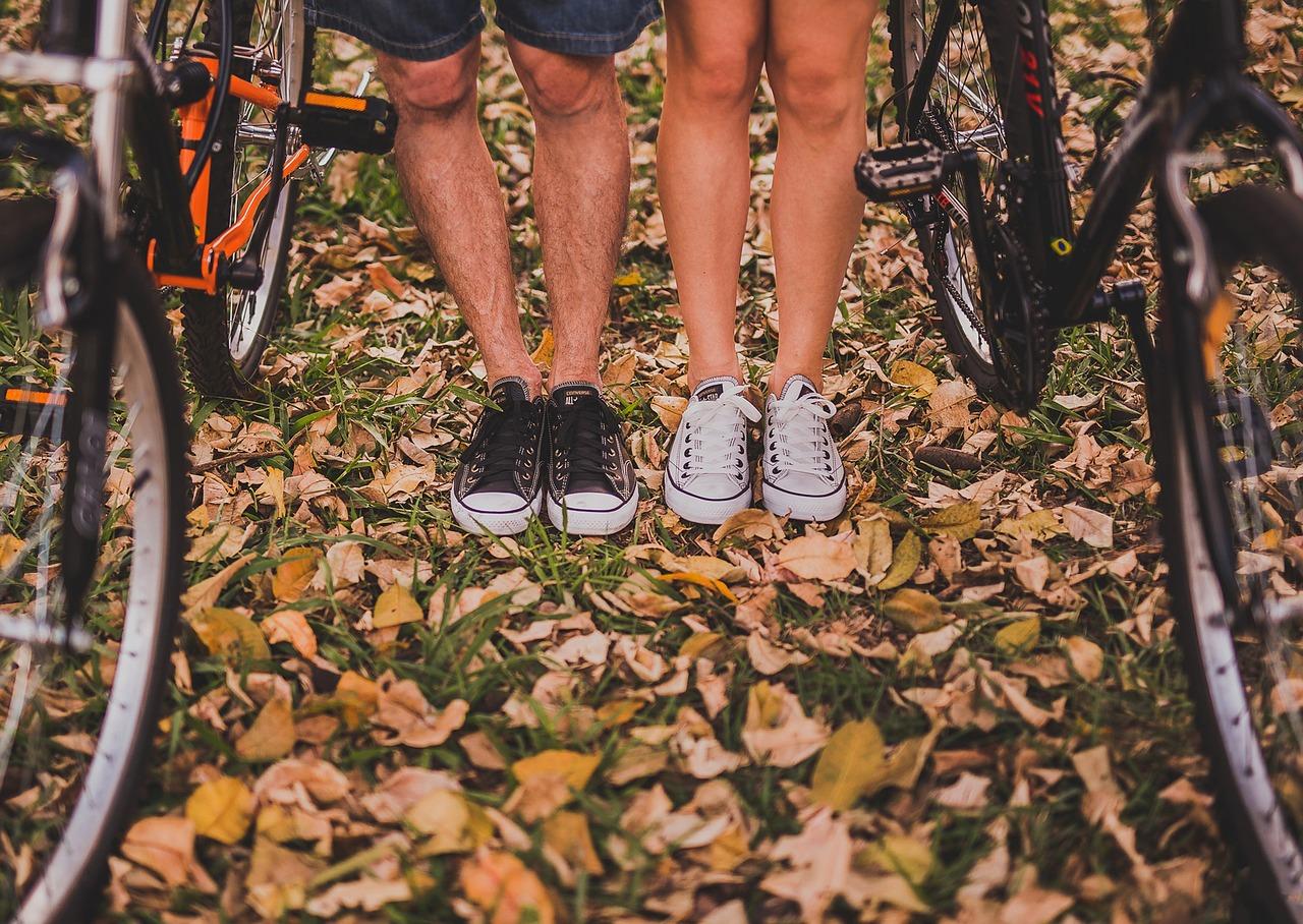 homme et femme en basket dans les feuilles d'automne