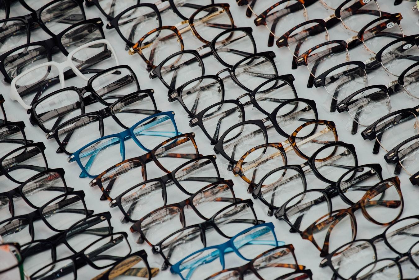 Montures de lunettes entreposées chez un opticien