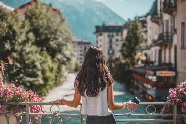 Jeune femme de dos qui regarde la ville