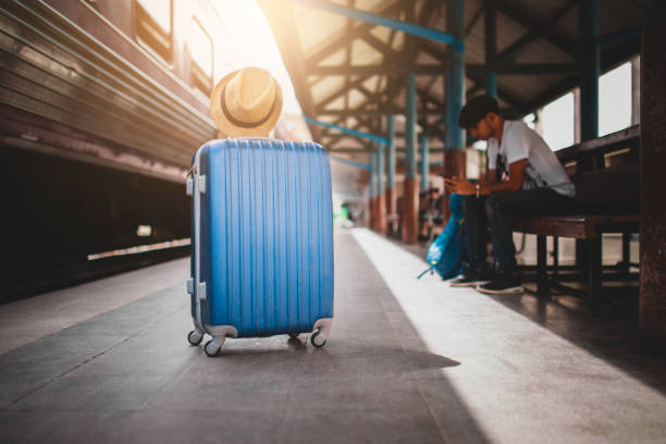 Valise bleue sur un quai de gare