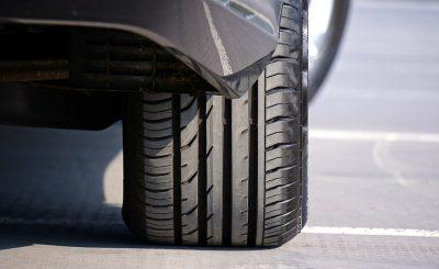 Voiture équipée avec des pneus neufs