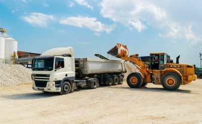 Benne de chantier avec camion-benne