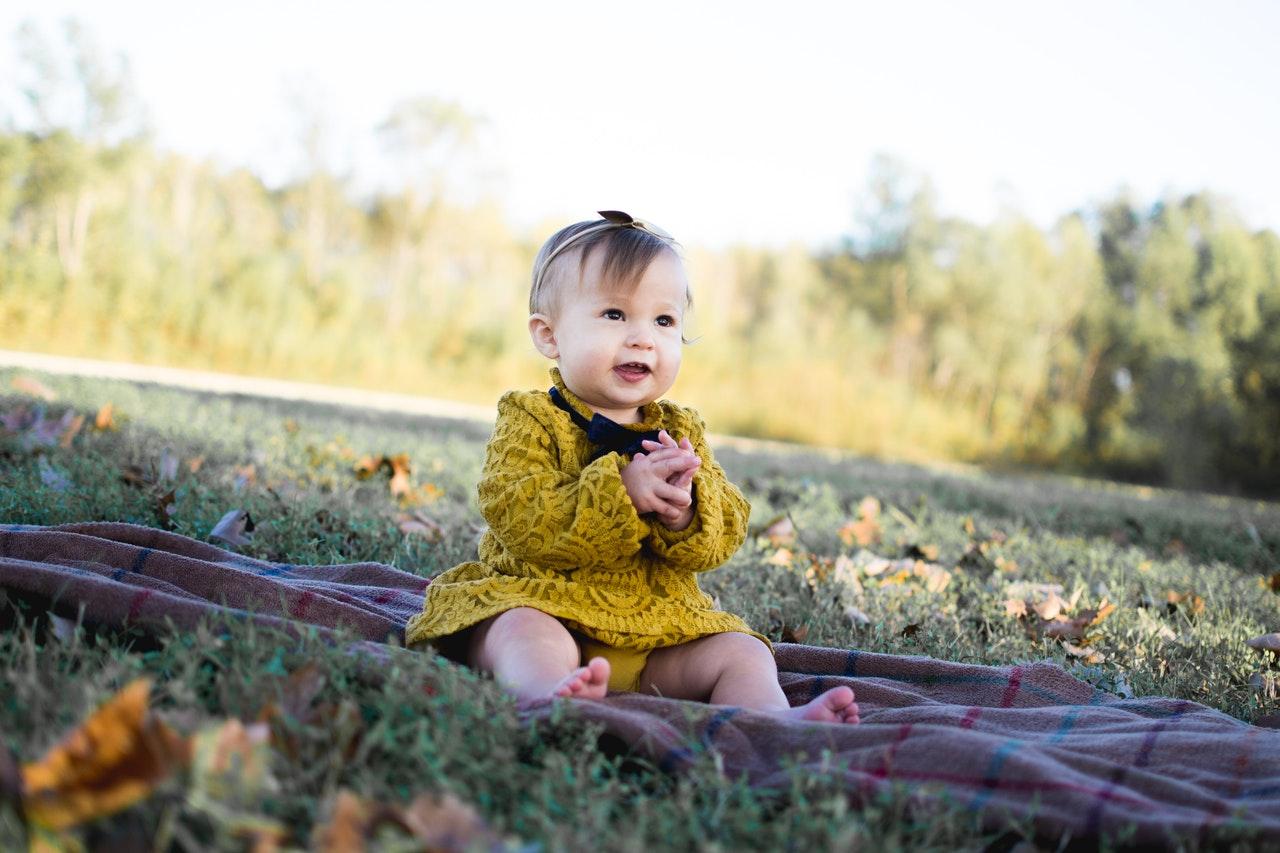 Bébé en robe jaune