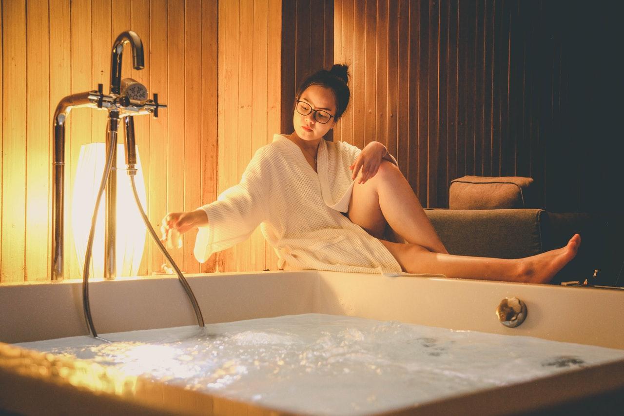 Femme dans son spa intérieur